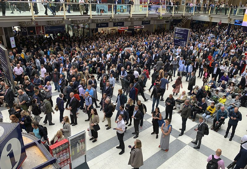 People Waiting In Liverpool Street Station Stock Image C048 0555 Science Photo Library