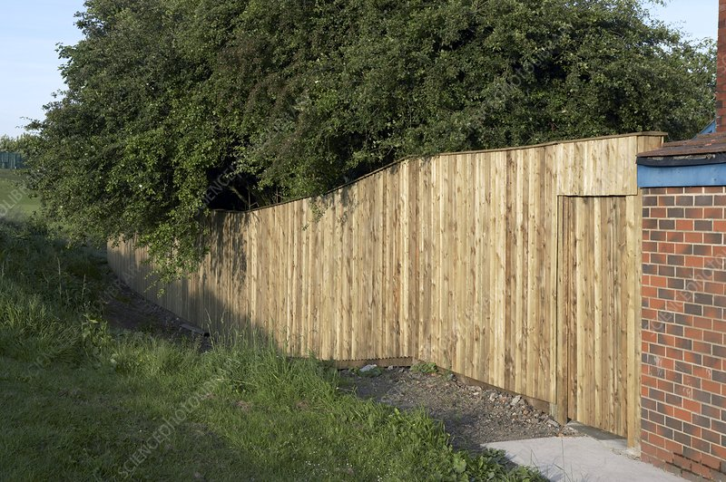 Noise-reducing fence