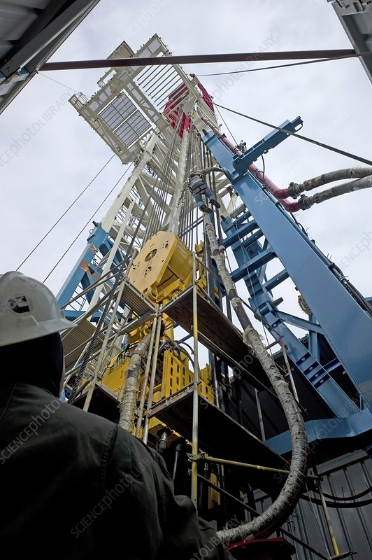 Self-propelled oil drilling rig