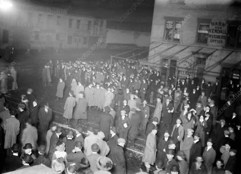 Crowds Awaiting Titanic Survivors Stock Image C011 6662 Science Photo Library