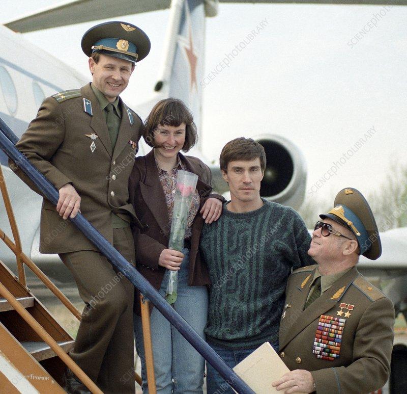 Leonov and crew of Soyuz TM-12, 1991