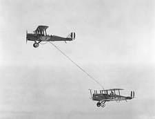 First mid-air refuelling, 1923