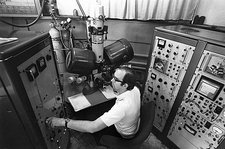 Controls of early electron microscope
