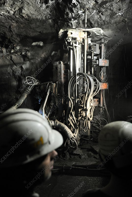 Installing a wall support in a mine