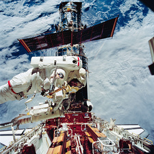 Astronaut EVA servicing HST on STS-61