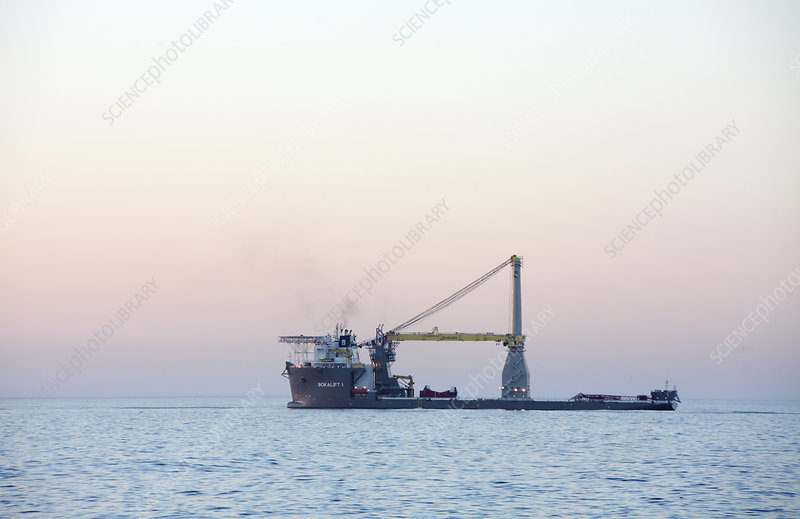 Self-propelled crane vessel
