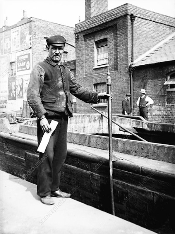 Grand Union Canal lock keeper, c1905
