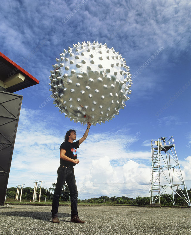 E1800263-Meteorologist_with_Jimsphere_weather_balloon-SPL.jpg