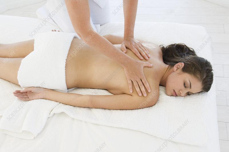 devushkam-delayut-massazh