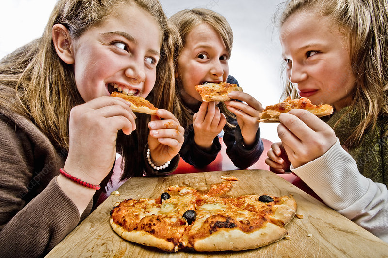 3 teenagers eating pizza