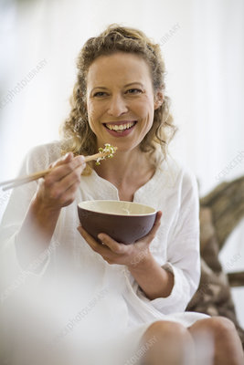 F0038651-middle-aged_woman_eating_health