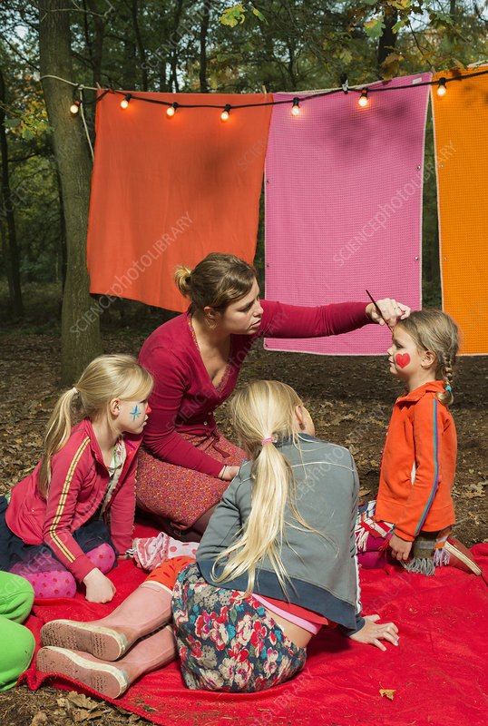 Children's theatre improvised in woods