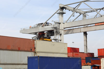 Container crane and freight containers