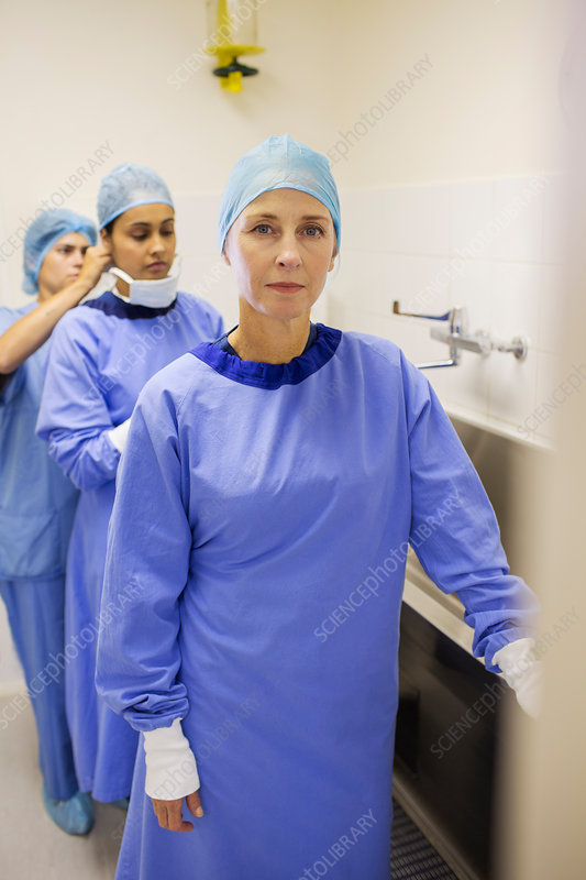 Female surgeons preparing for surgery