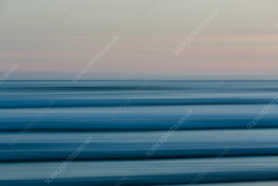 Ocean waves and a view to the horizon over the sea
