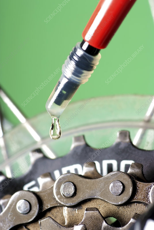 Oiling a bicycle chain