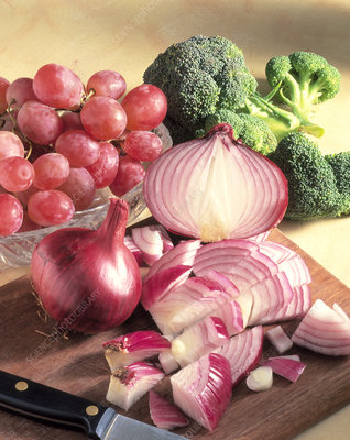 Red onions, broccoli and grapes: quercetin source