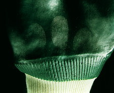 Fingerprints on glove revealed by magnetic powder