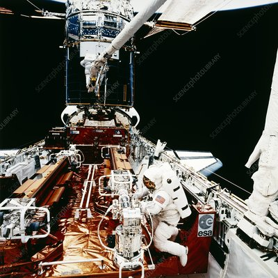 Astronauts seen during HST servicing, STS-61