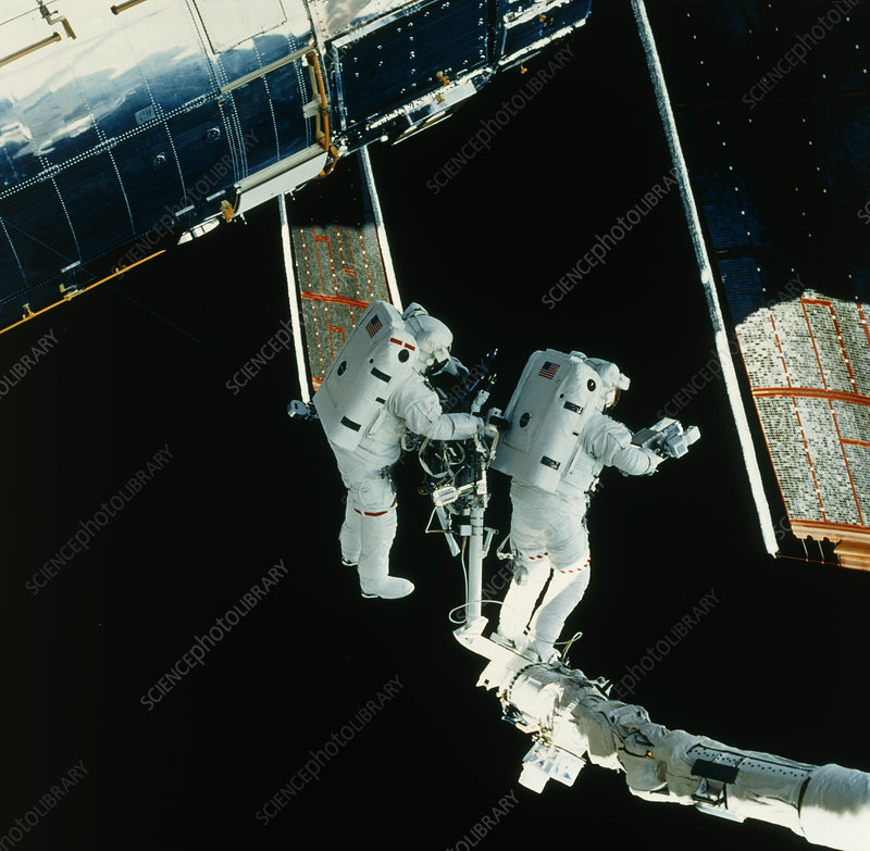 Astronauts repairing Hubble telescope - Stock Image R205 ...