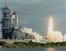 Launch of Shuttle STS-31, with STS-35 on other pad