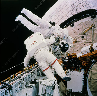 Astronauts Harbaugh & Runco in EVA test, STS-54