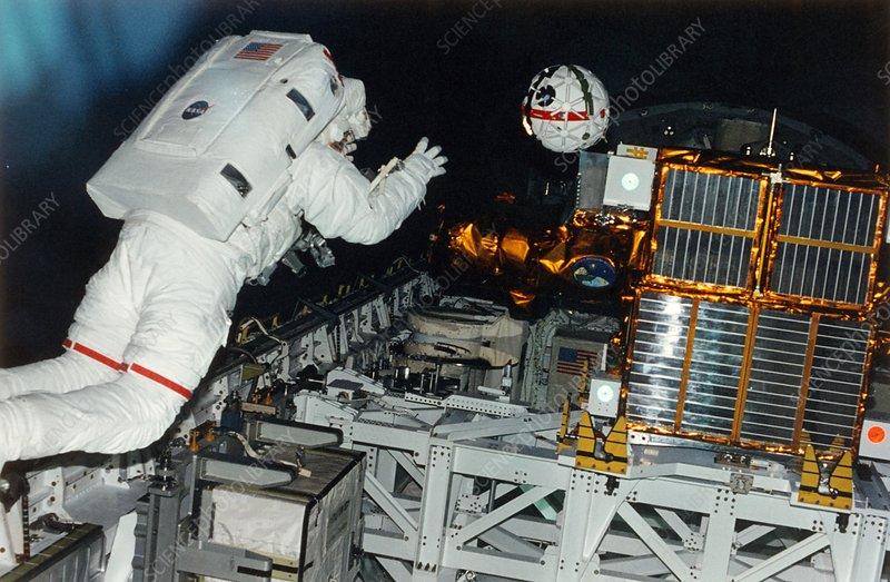 """""""Photo de famille"""" Photo d'ISS avec une navette arrimée. - Page 3 S540749-Astronaut_releases_the_AERCam_Sprint_camera-SPL"""