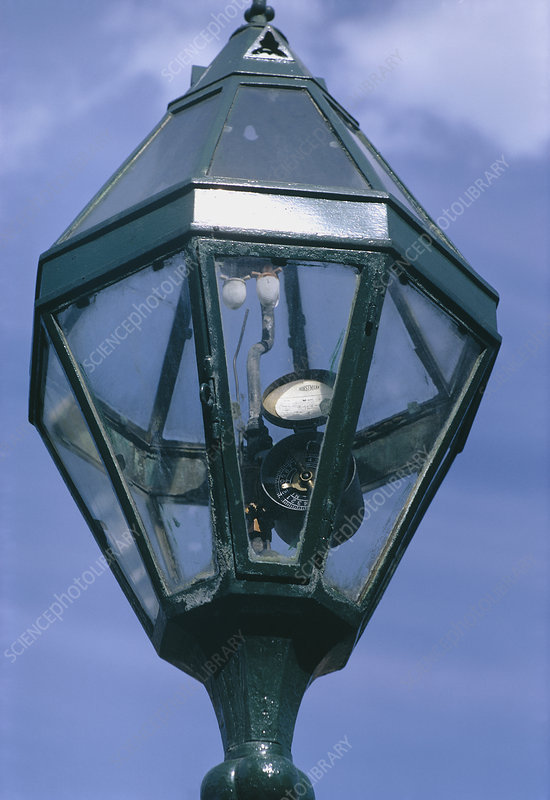 Gas-fuelled street lamp
