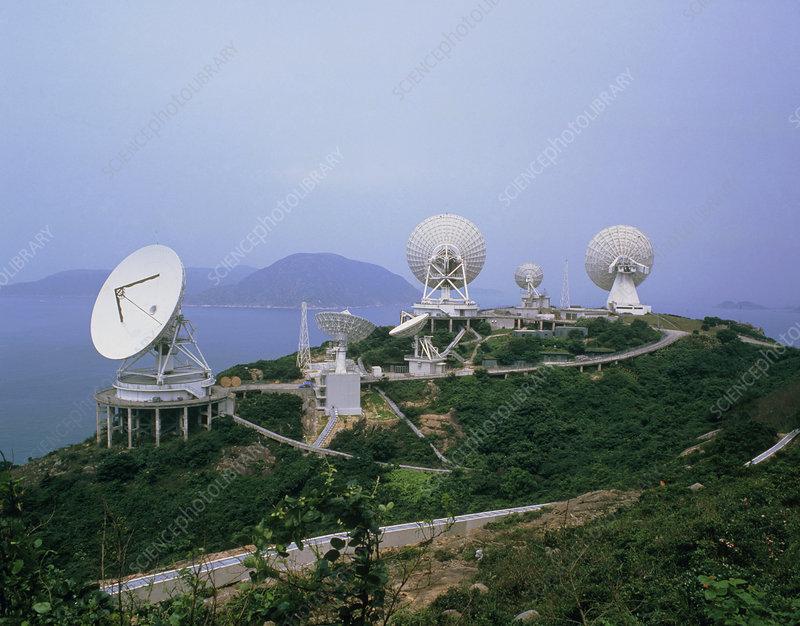 Large Intelsat radio dishes, Hong Kong - Stock Image - T346