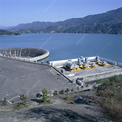 Water reservoir and dam