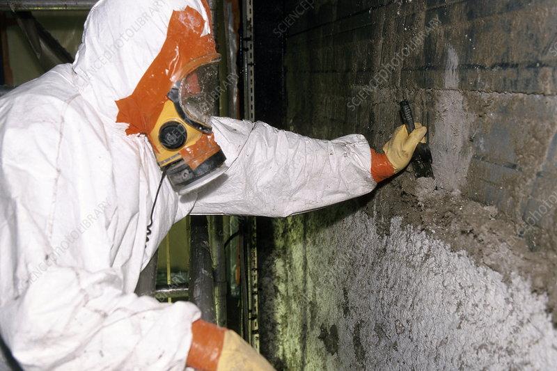 Removing asbestos insulation - Stock Image - T840/0417