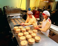 Packaging quiches in plastic cases & wrapping